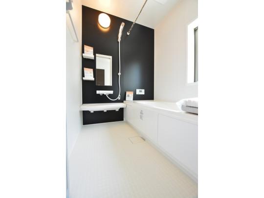 1日の疲れを癒すくつろぎのバスルーム。 足を伸ばしてもゆったりと入れるサイズです。お子様と一緒にお風呂に入っても狭くないですね(^^ 窓付き・浴室乾燥機で換気・雨の日の洗濯もばっちり^^