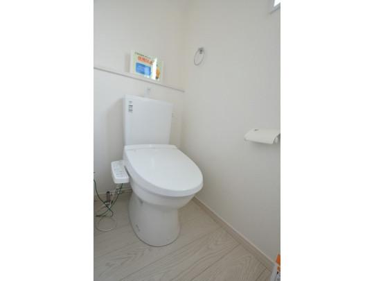 ウォシュレット付のトイレです。 節水機能もあるので、安心して使えますね♪ もちろん、1階2階の2ヶ所にトイレがあるので、 忙しい朝にもゆとりができますね☆