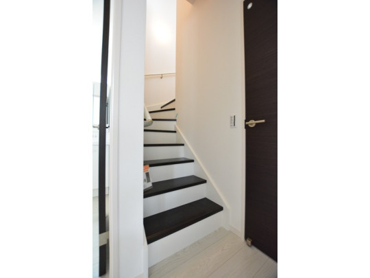 踏み場の広い、手摺付き階段です。踏み場の広い階段は、高齢の方でも安心できますね♪階段の色はクラシック調に仕上がってます♪