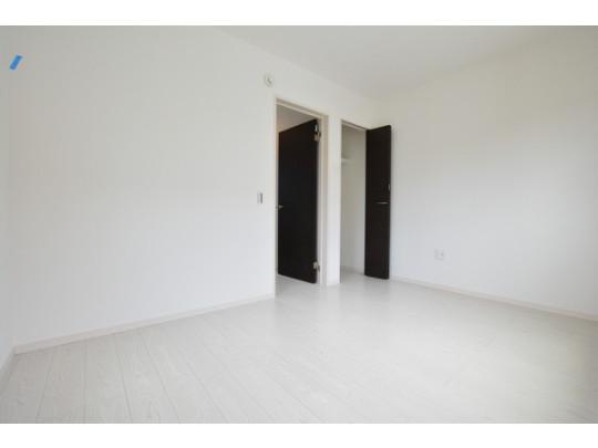 明るい洋室です。ホワイト系色のフローリングで開放的な優しい雰囲気になっています。 ベッドや机、TVを置いてもゆとりのある広さです。
