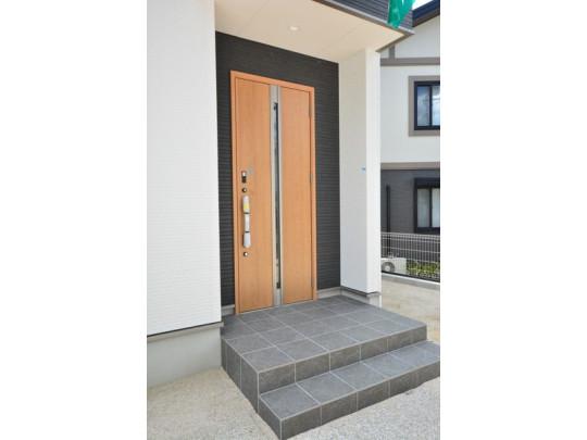 ブラウントーンの玄関扉^^外壁とマッチングしていてかっこいいですね^^家の顔となる玄関扉がかっこいいと、 たくさんの人を招き入れたくなりますね^^