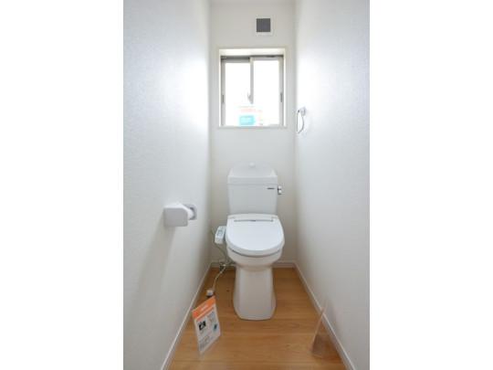 ウォシュレット付のトイレです。 節水機能もあるので、安心して使えますね♪ もちろん、1階2階の2ヶ所にトイレがあるので、 忙しい朝にもゆとりができますね。