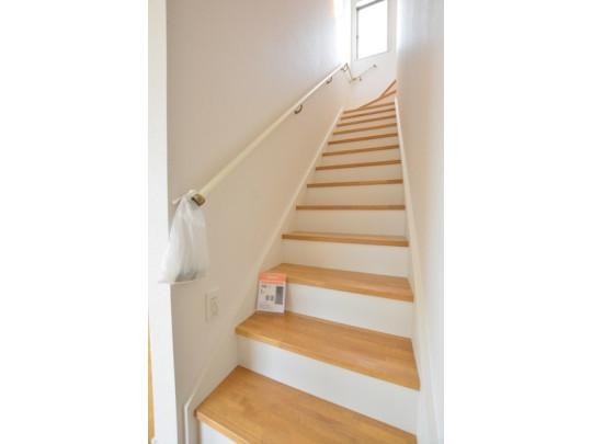 家族のコミュニケーションが増える「リビング階段」です。バルコニーに洗濯物を干すときも、最短距離で移動できますよ☆