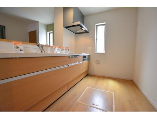 使いやすいシステムキッチンはスライドタイプの大容量収納です。 人造大理石のカウンタートップは耐熱性に優れており、日ごろのお掃除もふき取るだけでOK! ステンレスシンクも簡単にお掃除できますよ♪