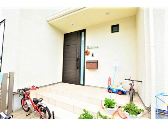 お客様をお迎えする玄関部分です。お子様の自転車やベビーカーなどを置くスペースも確保されております。玄関の上が屋根状になっているので、雨に濡れずに鍵の開け閉めができますね。