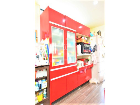 キッチンには特注の大容量カップボードも付いています。赤で統一されており、お洒落ですね。 食器棚が必要ないのですぐに入居できますね。