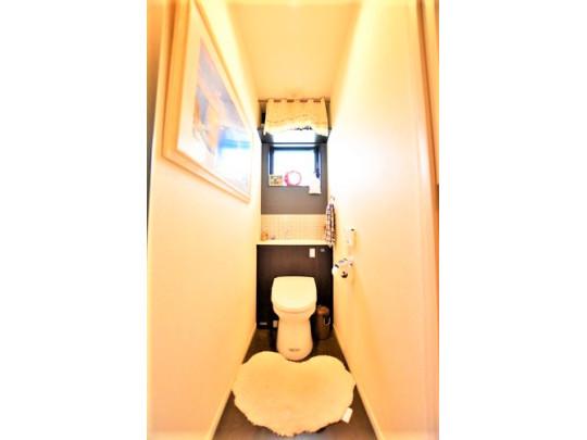 開放感のある、天井の高いトイレです。換気窓も付いており、清潔に保たれています。