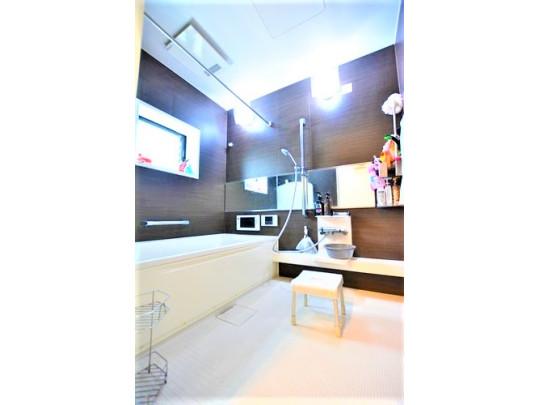 1620タイプの広い浴室はご家族でゆとりをもって入浴できる広さです。浴室にはTVが付いているので、ついつい長湯してしまうかもしれませんね。一日の疲れをいやす場所として最適な浴室です。