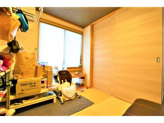 1階和室です。和室も一部屋あるとくつろげますよね。琉球畳を使用しておりデザイン性もありますね。