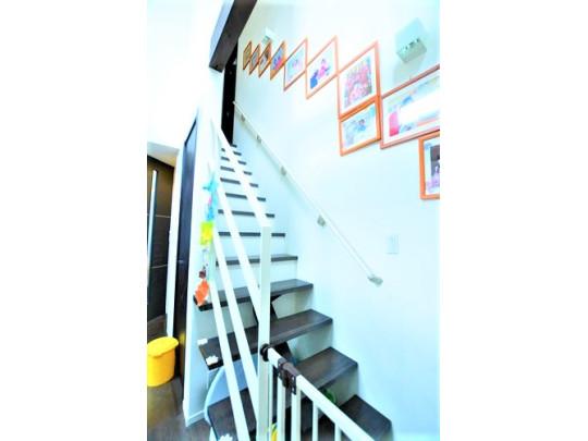 2階へと続く階段です。リビング階段なのでご家族のコミュニケーションが広がります。お子様にもお顔を見て、「おかえり」と声をかけてあげられます。