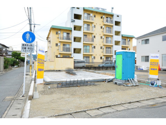 前面道路が広めなので駐車も楽々☆ 車を2台駐車できます。