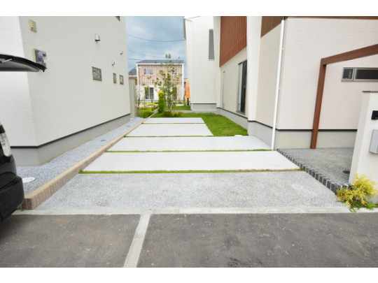 統一された建物外観はもちろん、前面道路に対して屋根方向を合わせることで統一感・一体感を作り出し、街並みとしての資産価値を高めます。