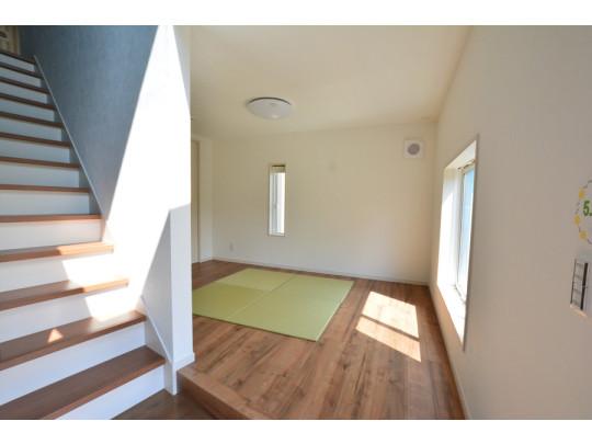 踏み場の広い、手摺付き階段です。踏み場の広い階段は、高齢の方でも安心できますね^^ 階段の色はクラシック調に仕上がってます^^