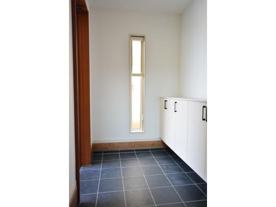 ≪ 玄関  広々した玄関に大きい窓付きでシューズクローゼットも標準装備♪ 大家族の靴でもきれいに整頓できます。
