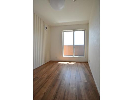 明るい洋室です。クラシック色のフローリングで開放的な優しい雰囲気になっています。 ベッドや机、TVを置いてもゆとりのある広さです。