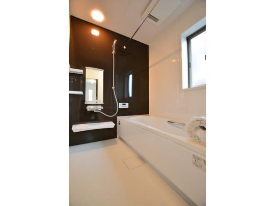 1日の疲れを癒すくつろぎのバスルーム。 足を伸ばしてもゆっくりと入れます。お子様との入浴もできますね♪ 鏡や棚も付いてます。浴室乾燥機能付きで雨の日の洗濯も安心!
