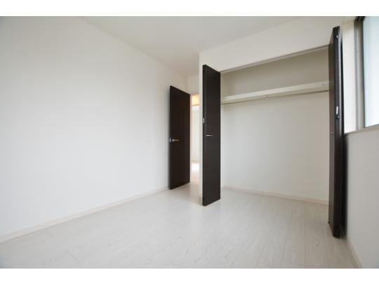 2階の洋室です。 クローゼット付なので、散らかりがちな洋服もすっきりと整頓できます。ベッドやテレビを置いてもちょうど良い広さです。