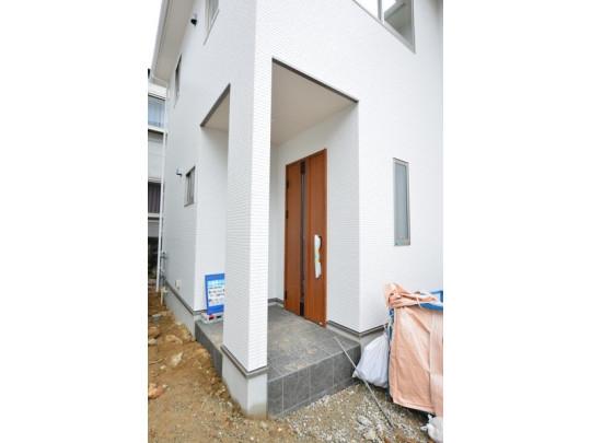 住まいの顔となる玄関は、丈夫なアルミ断熱ドアです。スマートキー搭載で、鍵の開け閉めもラクラク、セキュリティ面も安心です。