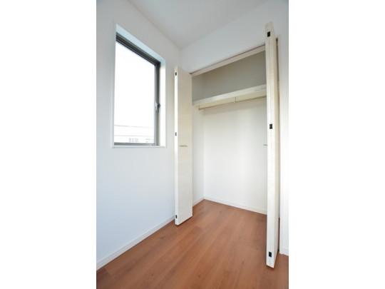 大きな間口の収納には便利なハンガーパイプ付きの上棚を完備。お洋服をたくさんしまえてスッキリ片付きそうですね(^^♪