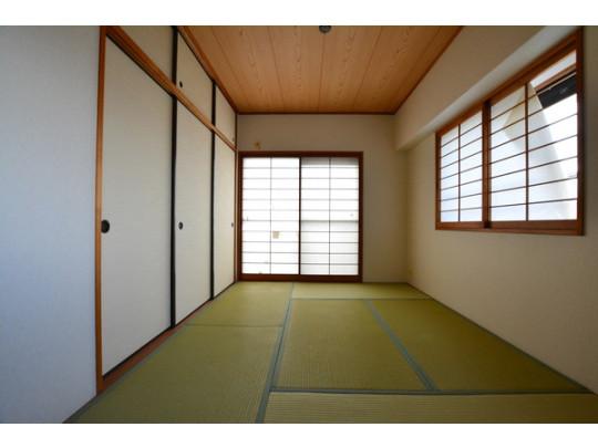 1部屋あると嬉しい和室は畳の表替えをされています☆ ゲストルームや小さなお子様のキッズスペースにもおすすめです。大容量の押入れ付きで、布団やおもちゃをすっきり整頓できますよ。