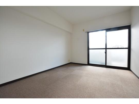 洋室の窓はバルコニーに面しているので採光だけでなく通気もバッチリ!カーペット張り替え済です。