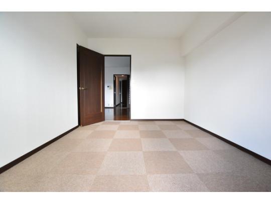 リビングにつながっている洋室もカーペット張り替え済みです。子ども部屋にすると、帰宅時にリビングを通るので自然とコミュニケーションできます。