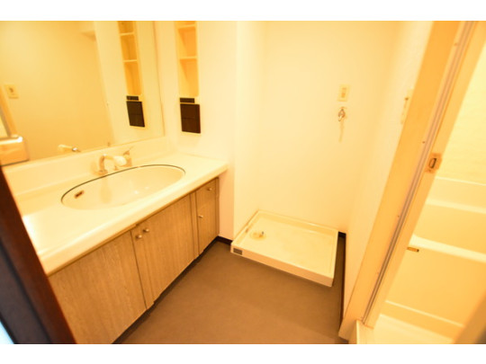 洗面台と洗濯機置場です。洗面台もワイドタイプで広々と使えます。壁面収納もあるので、化粧品や歯みがきセットもすっきりと整頓できます。