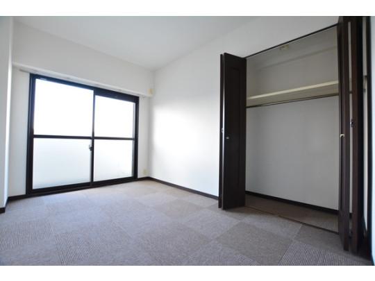洋室はタイルカーペット貼替済です。各部屋バルコニーに接しており、陽当たりと風通しもばっちりです! 全室に収納が付いているので、賃貸で起こりがちな収納のお悩みも解決です。