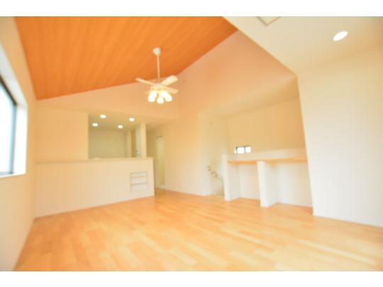 開放感のある勾配天井なのでリビングが明るく開放的な空間になっています^^