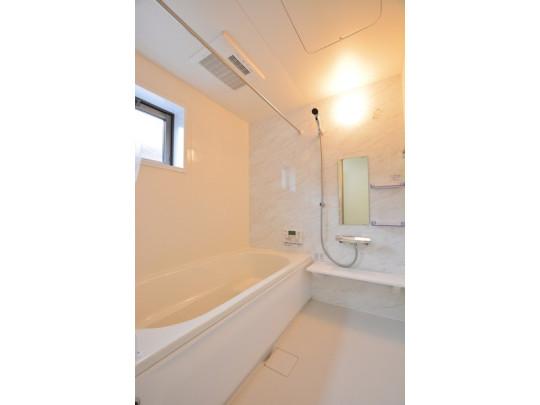 白を基調とした爽やかな浴室は一日の疲れが癒されます。換気に便利な窓付き。