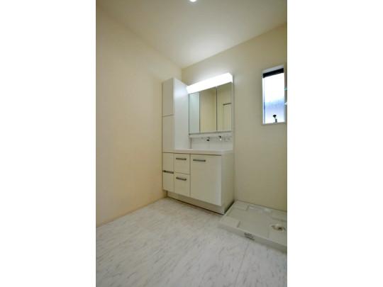 白を基調とした爽やかな洗面所。おしゃれな壁紙で身支度が楽しくなりますね♪室内洗濯機置き場完備!