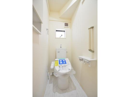 白を基調とした清潔感あるトイレ。窓付きなので匂いがこもりません。