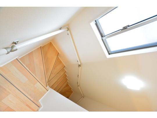 明るい木目の踏み板がオシャレな階段は手すりつきなので小さなお子様やお年寄りの昇り降りも安心です。