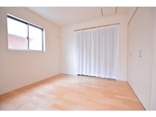 明るいフローリングがおしゃれで、家具の配置がしやすい間取りの洋室です。