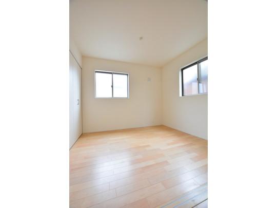 2面に窓のある明るい洋室。採光だけでなく通気もバッチリ!
