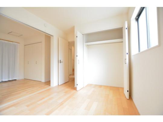 洋室にはそれぞれ大容量のクローゼットを完備。お洋服がたくさんしまえてスッキリ暮らせそうですね。
