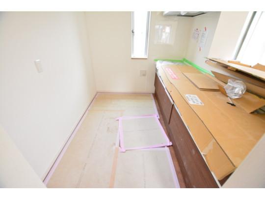 キッチンスペースです。食洗機付きで家事の負担を軽減♪ カウンタートップとシンクは人造大理石素材で、耐熱性が高く毎日のお掃除も簡単にできます。