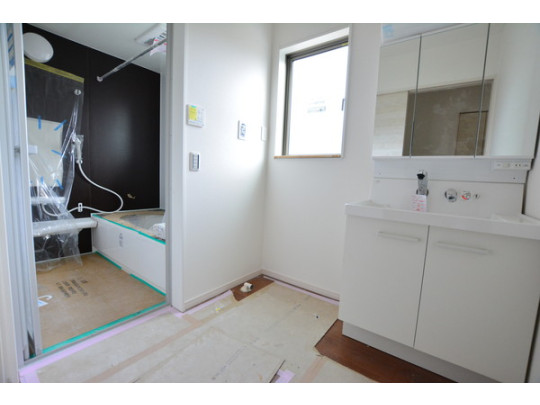 モノトーンのおしゃれな浴室は乾燥機能付きで雨の日の洗濯も安心です。洗面台の鏡の裏は収納棚になっているので、歯みがきセットや化粧品がすっきりと整頓できます。
