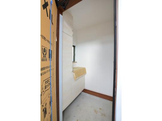 玄関には大容量のシューズクローゼット付きです。家族全員の靴がしっかりと整頓できますね。中の棚は可動棚になっているので、高さが変えられて便利です。