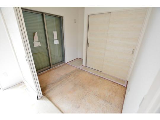 リビング横には使い勝手のいい3.7帖の和室。お子様のお昼寝や客間として使え、開け放してリビングとつなぐと大空間に。