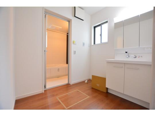 白を基調とした清潔感ある洗面脱衣所。窓があるので通気もバッチリ!