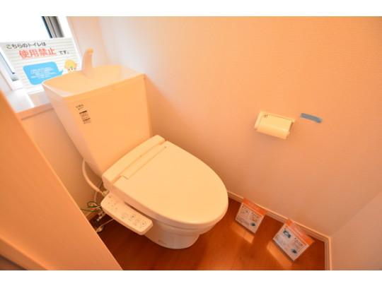 白を基調とした爽やかなトイレ。窓付きなので匂いがこもりません。