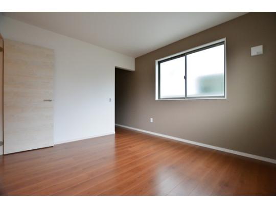 大きな収納のある洋室は主寝室にピッタリ。アクセントクロスが効いたおしゃれな洋室です。