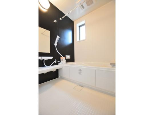 窓付きの爽やかな浴室。ゆったりとくつろげて一日の疲れが癒されそうです。