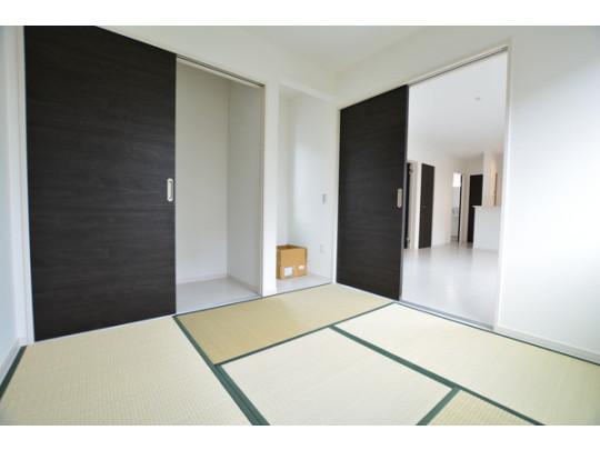 リビング横の和室はお子様のお昼寝やお客様の寝室としても使えます。押入れにはお布団をたくさんしまえます。