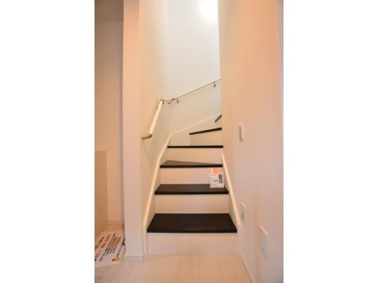 階段には手すりがあるので小さなお子様やお年寄りの昇り降りも安心ですね。