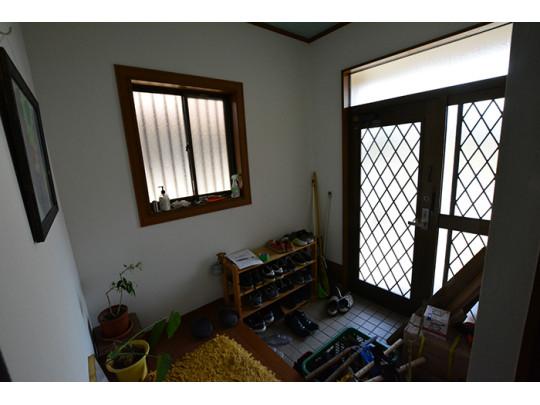 ガラス部分からの自然光で朝を迎えることができる玄関は、ゆとりをもってご使用いただけます。