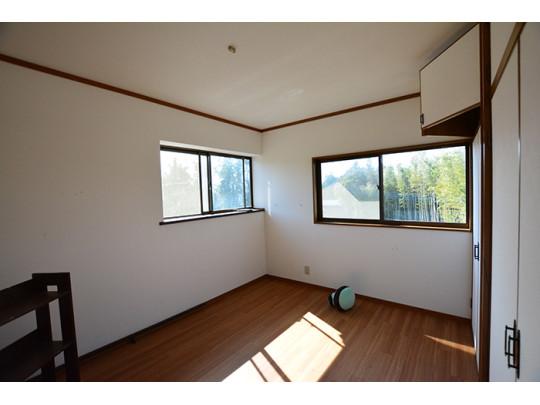 日当たり良好な2階の洋室は寝具を置いてもゆとりをもってくつろぐことができる広さです。