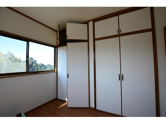 壁一面に収納スペースがあるのでお部屋もすっきりと片付きお部屋が広くご使用いただけますね♪