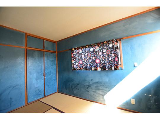 青色の壁紙がさわやかな和室は足にやさしい床なのでお子様の遊び場としてもご使用いただけます。